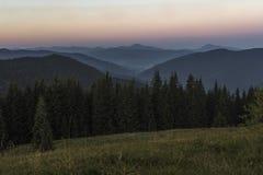 Sommerabend nach Sonnenuntergang in den Karpaten Lizenzfreie Stockbilder