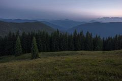 Sommerabend nach Sonnenuntergang in den Karpaten Lizenzfreie Stockfotos