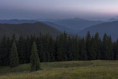 Sommerabend nach Sonnenuntergang in den Karpaten Stockbilder