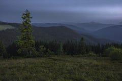 Sommerabend nach Sonnenuntergang in den Karpaten Lizenzfreie Stockfotografie