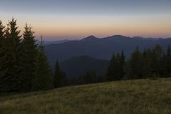 Sommerabend nach Sonnenuntergang in den Karpaten Stockfotos