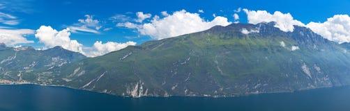 Sommeransicht über Küste von See Garda in Italien Stockfotografie