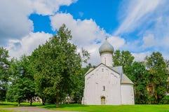 Sommeransicht der mittelalterlichen russischen Kirche der zwölf Apostel auf dem Abgrund in Veliky Novgorod, Russland Stockbild