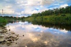 Sommeransicht der Spiegelwasseroberfläche und der Ufer der Wolgas, Rzhev-Stadt, Russland Stockbild