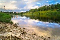 Sommeransicht der Spiegelwasseroberfläche und der Ufer der Wolgas, Rzhev-Stadt, Russland Lizenzfreie Stockfotos