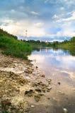 Sommeransicht der Spiegelwasseroberfläche und der Ufer der Wolgas, Rzhev-Stadt, Russland Lizenzfreies Stockfoto