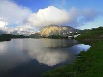 Sommeransicht des oberen waterton Sees und des Berges, Nationalpark Stockbild