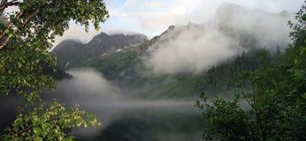 Sommeransicht des oberen waterton Sees und des Berges, Nationalpark Lizenzfreie Stockfotos