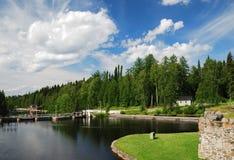 Sommeransicht mit Fluss Kajaani. Stockbilder