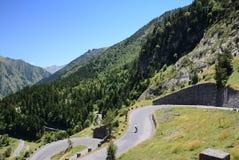 Sommeransicht mit Gebirgsstraße in Pyrenäen lizenzfreie stockbilder