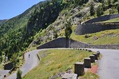 Sommeransicht mit Gebirgsstraße in Pyrenäen lizenzfreie stockfotos