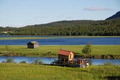 Sommeransicht von Ammarnas mit kleiner Fähre. Stockfoto