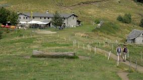 Sommeransicht von der Spitze der Schweizer Alpen nahe Locarno, der italienische Abschnitt von der Schweiz stock footage