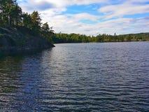 Sommeransicht von einem See stockfotos