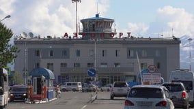 Sommeransicht von Gebäudeflughafenabfertigungsgebäude Petropawlowsk--Kamchatskystadt stock video footage