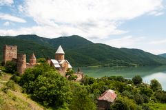 Sommeransicht von Kirche und von Festung Ananuri in Georgia stockfoto