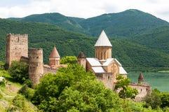 Sommeransicht von Kirche und von Festung Ananuri in Georgia lizenzfreies stockfoto