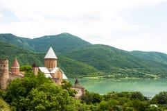 Sommeransicht von Kirche und von Festung Ananuri in Georgia lizenzfreies stockbild