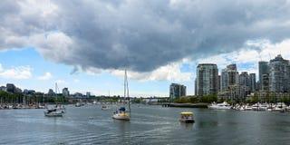 Sommeransicht von Vancouver-Stadt und -bucht mit Yachten mit Gewitterwolken lizenzfreie stockfotografie