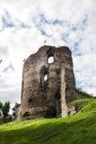 Sommeransicht zu den Schlossruinen in Buchach mit schönem Himmel und Wolken, Ternopil-Region, Ukraine Stockfotografie
