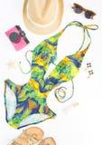 Sommerausstattung, Strandausstattung, Sommermaterial Exotischer Musterbadeanzug, Retro- Sonnenbrille, Goldsandalen, rosa Retro- K stockfotografie