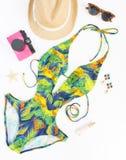 Sommerausstattung, Strandausstattung, Sommermaterial Exotischer Musterbadeanzug, Retro- Sonnenbrille, rosa Retro- Kamera und Stro stockbilder