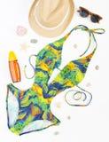 Sommerausstattung, Strandausstattung, Sommermaterial Exotischer Musterbadeanzug, Retro- Sonnenbrille und Strohhut Flache Lage, Dr stockfoto