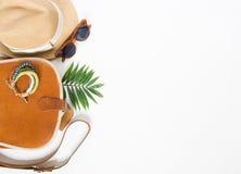 Sommerausstattung Urlaubsreisehintergrund Brown kreuzen Tasche, Strohhut, Retro- braune Sonnenbrille, Armband Flache Lage, Draufs stockfotos