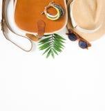 Sommerausstattung Urlaubsreisehintergrund Brown kreuzen Tasche, Strohhut, Retro- braune Sonnenbrille, Armband Flache Lage, Draufs lizenzfreies stockfoto