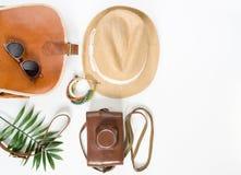 Sommerausstattung Urlaubsreisehintergrund Brown kreuzen Tasche, Strohhut, Retro- braune Sonnenbrille, Retro- Kamera, bocho Armban stockfoto