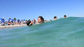 Sommerbadeurlaub. Mutter mit Tochter stock video footage