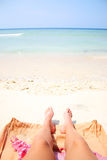 Sommerbeine auf dem Strand Stockfotografie
