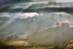Sommerberglandschaft mit den ersten Sonnenstrahlen Stockbild