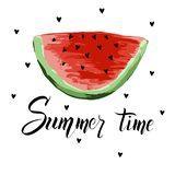Sommerbeschriftung mit einer Scheibe der Wassermelone Moderner kalligraphischer Entwurf des Vektors lizenzfreie stockfotos