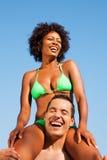 Sommerbikinimädchen, das auf Schultern des Mannes sitzt stockfotos
