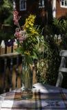 Sommerblumen in der Glasflasche Lizenzfreies Stockbild