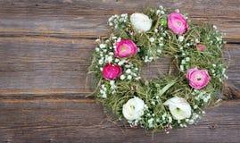 Sommerblumen-Kranz auf hölzernem Hintergrund Lizenzfreie Stockbilder
