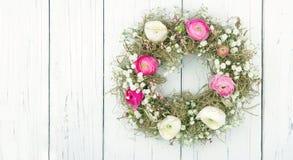 Sommerblumen-Kranz auf weißem hölzernem Hintergrund Lizenzfreie Stockfotos