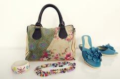Sommerblumengeldbeutel mit zusammenpassenden Schuhen und Schmuck Stockfotografie
