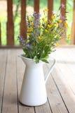 Sommerblumenstrauß in einem weißen Krug Lizenzfreie Stockfotos