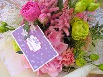Sommerblumenstrauß mit einer romantischen Karte - Nahaufnahme stockbild