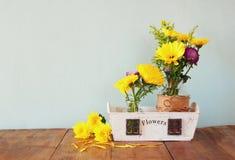Sommerblumenstrauß von Blumen auf dem Holztisch mit tadellosem Hintergrund Weinlese gefiltertes Bild Lizenzfreies Stockfoto