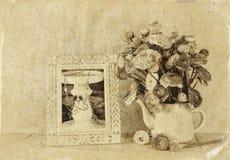 Sommerblumenstrauß von Blumen und von Victorianrahmen auf dem Holztisch mit tadellosem Hintergrund Weinlese gefiltertes Bild Schw Stockfotos