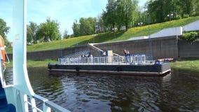 Sommerbootsreise auf dem Fluss stock footage