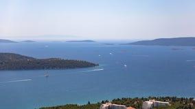 Sommerbuchtufer im adriatischen Meer, Kroatien Ansicht vom H?gel stockfotos