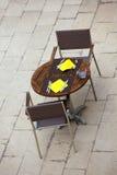 Sommercafétabellen im Freien mit Stühlen Lizenzfreie Stockfotos