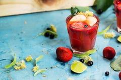 Sommercocktails mit Erdbeere, Korinthe und Äpfeln stockfoto