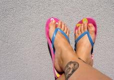 Sommerfüße mit Flipflops Stockbild