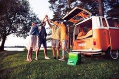 Sommerferien-, Autoreise-, Ferien-, Reise- und Leutekonzept - lächelnde junge Hippiefreunde, die Spaß über Mehrzweckfahrzeug habe stockbilder