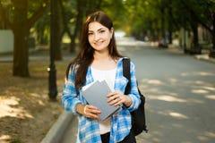 Sommerferien, Bildung, Campus und Jugendkonzept Lächeln lizenzfreie stockfotos